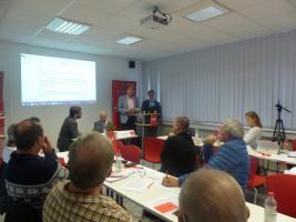 Manuel Michniok (Vorsitzender SPD Stadtverband Aschaffenburg) und Jürgen Herzing (Bürgermeister) stellen die Inhalte des Leitantrags vor.