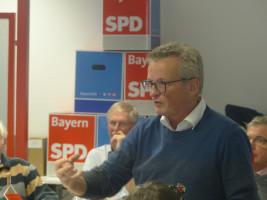 Der Vorsitzende vom SPD Ortsverein Stadtmitte, Stephan Steyer, meldet sich in der Diskussion zu Wort.