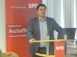 Der Aschaffenburger SPD Vorsitzende Manuel Michniok eröffnet den Parteitag.