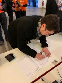 Manuel Michniok unterzeichnet das Volksbegehren