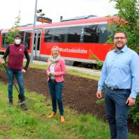 Tobias Wüst und Martina Fehlner am Blühwiesenstreifen