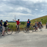 Zahlreiche Radler:innen begleiten Tobias Wüst auf seiner hochsommerlichen Radtour rund um den Schönbusch.