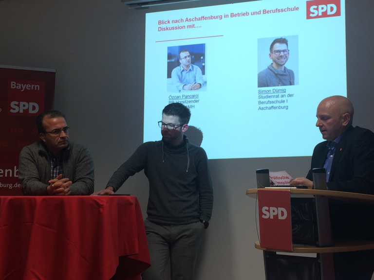 Offene Diskussion mit dem Betriebsratsvorsitzenden der Firma Linde Material Handling; Özcan Pancarci, sowie Simon Dümig, Lehrer der Berufsschule 1 Aschaffenburg.
